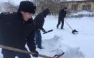 Полицейские Карагандинской области помогают пенсионерам расчищать дворовые территории от снега