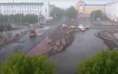В Сети появилось видео укладки асфальта в Караганде, несмотря на ливень