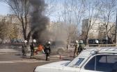 На одной из оживленных улиц Караганды загорелась машина