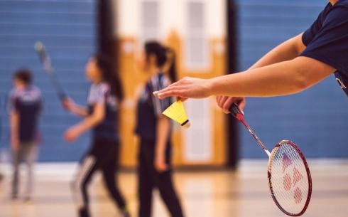 Пока без бадминтона: почему воспитанникам детского дома нельзя тренироваться на манеже