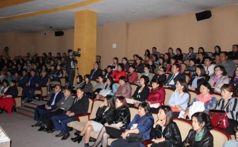 Карагандинские госслужащие коллективно посетили театр