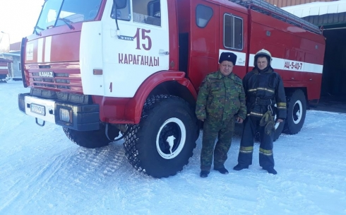 В Караганде двое пожарных в свой выходной день спасли людей