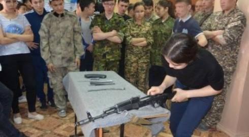 Девушка из Карагандинской области быстрее всех собрала АК-74