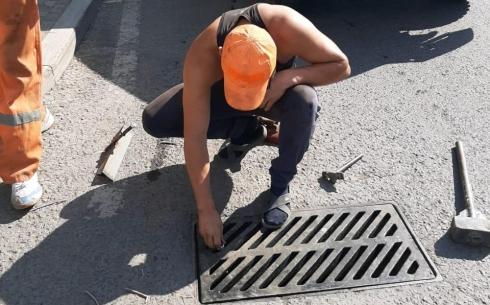В Караганде на улице Муканова вернут украденные решётки от ливнёвок