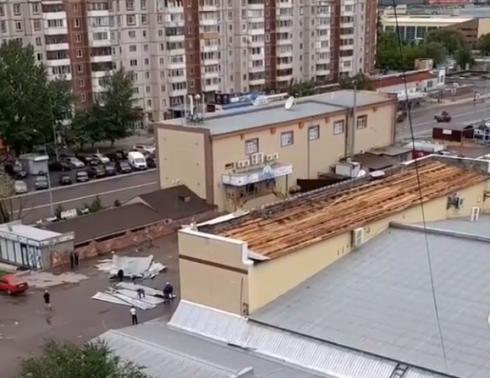 Ураганом сорвало крыши с 16 зданий в Караганде