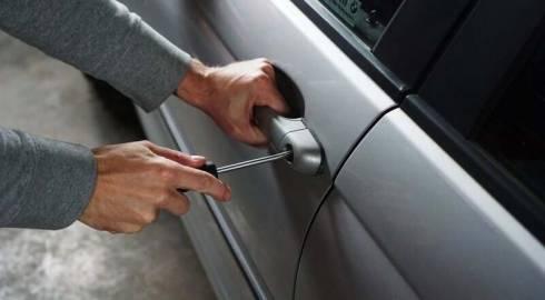 Взломщик совершил серию краж из авто в Караганде