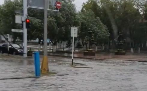 В Караганде дорожные ливнёвки не справляются с количеством осадков