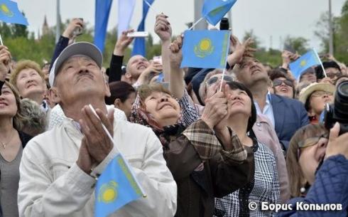 В Караганде торжественно прошло открытие флагштока