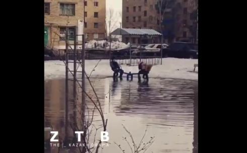 В Караганде дети качаются на качелях, по колено утопая в воде