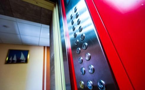 Жильцы многоэтажки жалуются на расположенный в их подъезде офис лифтовой компании