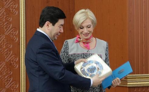 Ерлан Кошанов вручил Наталье Сухоруковой Почётную грамоту акима Карагандинской области