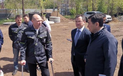 В Караганде Ерлан Кошанов посетил строительство новой поликлиники