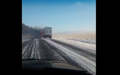 На трассе Караганда-Жезказган произошло возгорание фуры