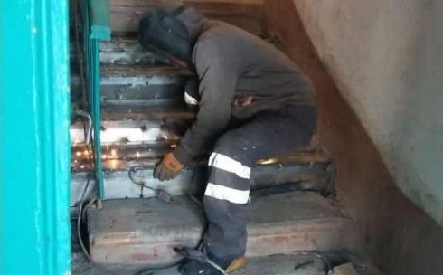 В Караганде жители подъезда, в котором обвалились ступеньки, восстановили их за свои деньги