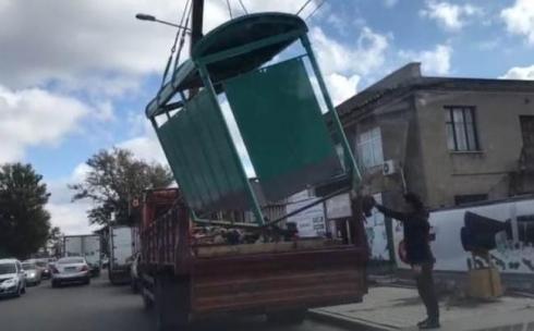 Карагандинцев возмутил метод переноса нового остановочного павильона