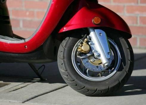 Неизвестный украл скутер со двора многоэтажного дома в Темиртау