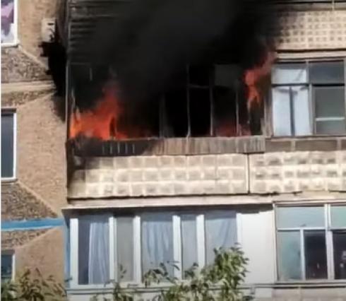 Спасатели эвакуировали 8 человек из-за пожара в многоэтажном доме Темиртау