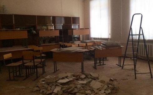 Потолок упал на детей во время урока в школе в Карагандинской области