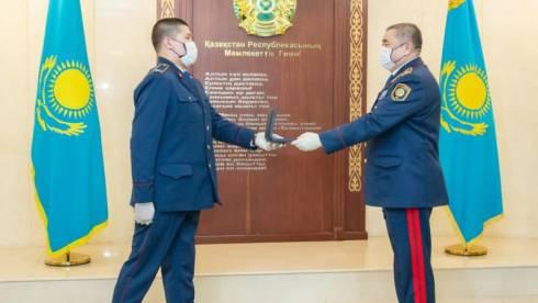 Медаль вручили полицейским, спасшим девушку от суицида в Караганде