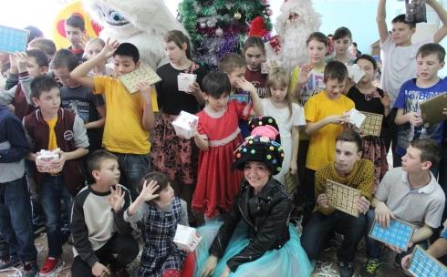 Новогодний утренник подарила компания АМТ детям из детского дома
