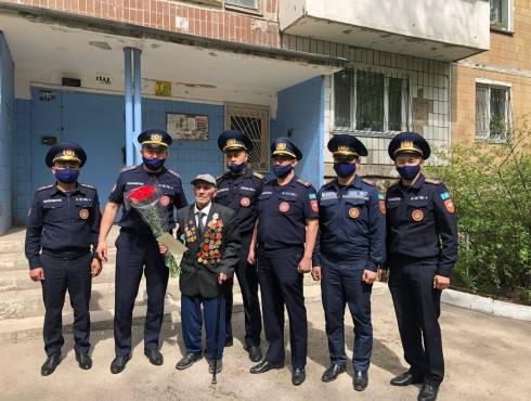 Карагандинские службы ЧС поздравили ветерана с Днём Победы