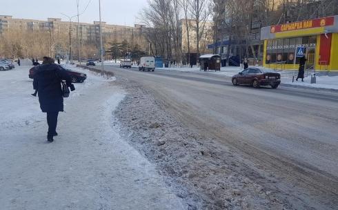 Карагандинские пешеходы опять вынуждены прыгать через сугробы после чистки дорог
