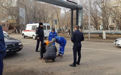 На пешеходном переходе улицы Ермекова сбили девушку