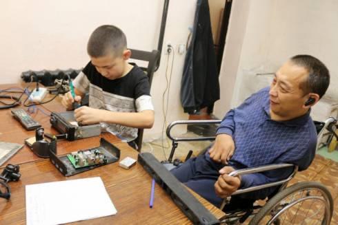 Школьник из Карагандинской области ремонтирует бытовую технику, зарабатывая деньги для всей семьи