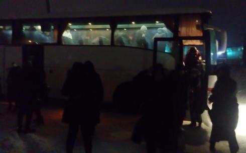 На заснеженной трассе «Астана-Караганда» застрял автобус с детьми