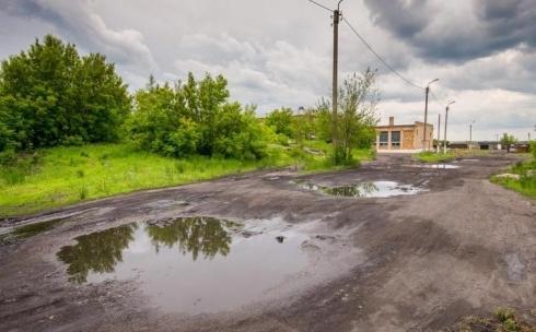 Ерлан Кошанов возмутился поселковыми дорогами, разбитыми большегрузной техникой
