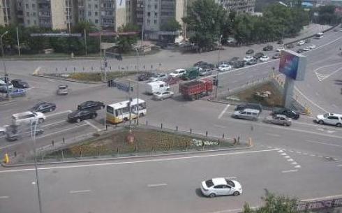 В центре Караганды расширяют дорожное полотно