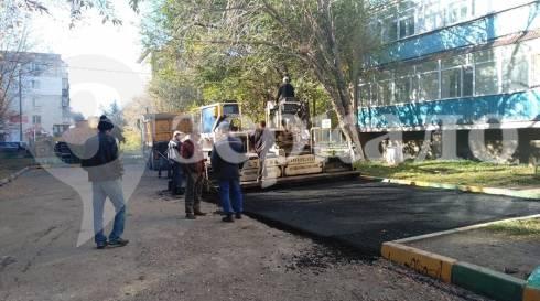В одном из дворов Темиртау асфальт укладывали на… опавшую листву