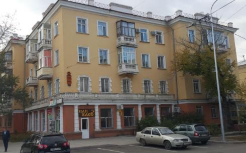 Владелец столовой запугал жителей многоэтажки в центре Караганды
