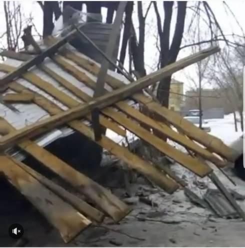 Из-за сильных порывов ветра в Караганде сорвало крышу у многоэтажного дома