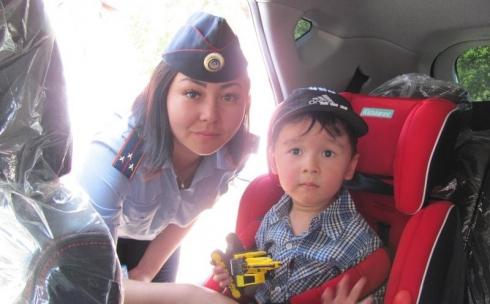 Полицейские подарили карагандинцам фликеры и светоотражающие браслеты