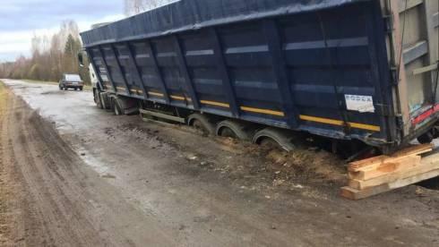 Водители большегрузов выплатят штрафы за провал трассы в Карагандинской области