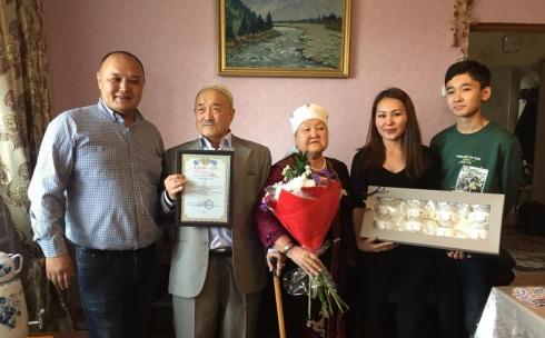 В Караганде ко Всемирному дню семьи двум пожилым парам вручили подарки