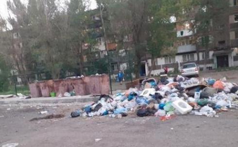 Из-за несвоевременной работы коммунальных служб карагандинцы вынуждены жить среди мусора
