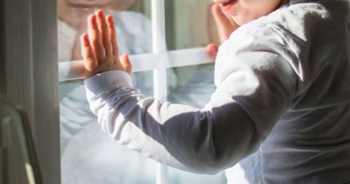 В Карагандинской области из окон выпали еще два малыша