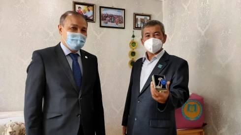Аким Балхаша вручил ключи от трёхкомнатной квартиры воину-афганцу