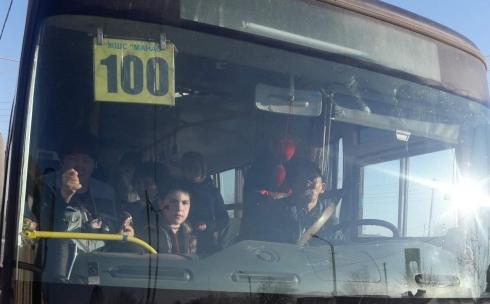 В Караганде кондуктор маршрутного автобуса №100 назвала пассажира свиньей и показала дулю