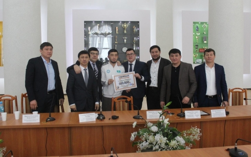 Федерация дзюдо Карагандинской области вручила Жансаю Смагулову денежный приз за серебро на турнире в Париже