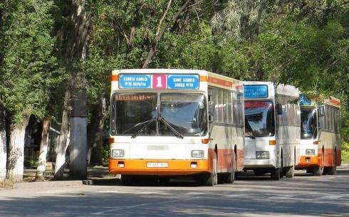 Карагандинцы жалуются на долгую стоянку автобусов на остановках
