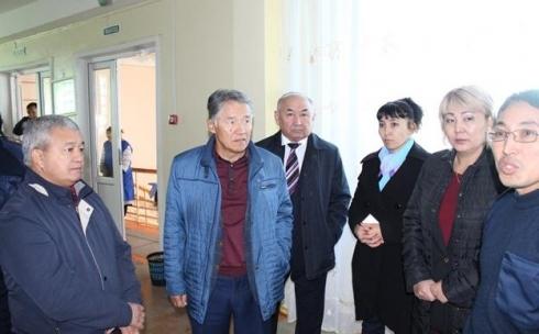 В Караганде депутаты посетили школу, где произошел пожар