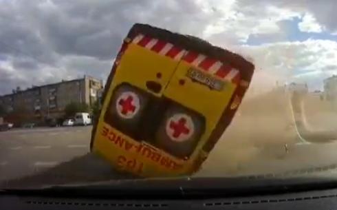 В Карагандинской области в машину скорой помощи врезался джип. Есть пострадавшие