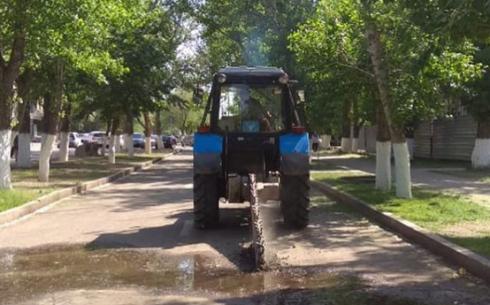 В Караганде в сквере на Вечном огне устраняют водопроводную утечку