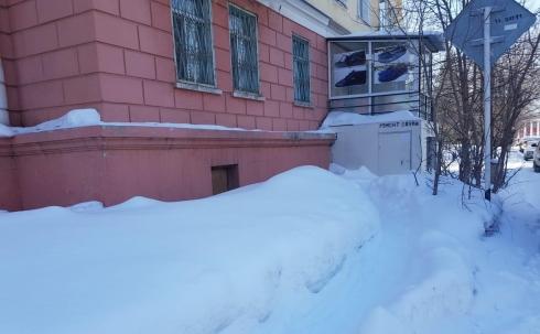 В Караганде рассматривают возможные варианты для разрешения проблемы с пристройкой на тротуаре