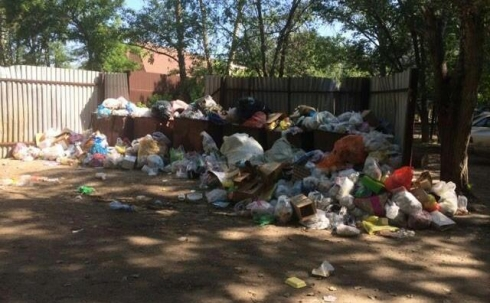 В Караганде не вывозили мусор из-за поломки спецтехники