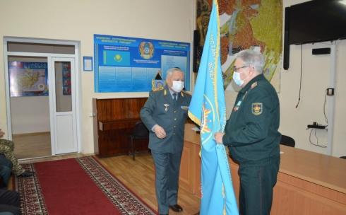 Знамя и вымпел: за успехи наградили коллектив карагандинской школы имени М. Мамраева