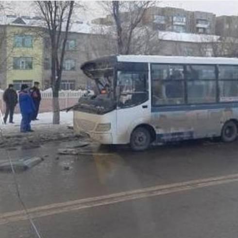 В Караганде маршрутный автобус столкнулся с КАМАЗом